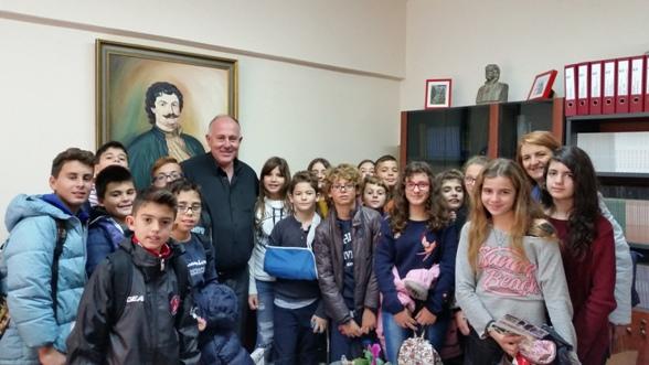 Επίσκεψη δημοτικού σχολείου Βόλου στο Δήμο για τη Χάρτα του Ρήγα