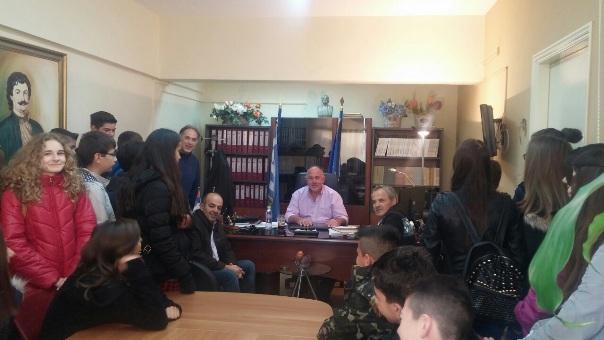 Επίσκεψη μαθητών του γυμνασίου Στεφανοβικείου στο γραφείο του Δημάρχου κ. Νασίκα Δημητρίου με θέμα τη χάρτα του Ρήγα