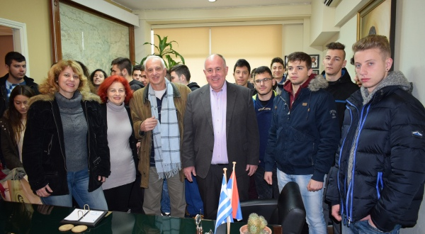 Επίσκεψη μαθητών Λυκείου από το Καματερό στο γραφείο του Δημάρχου Δήμου Ρήγα Φεραίου, κ. Δημήτριου Νασίκα για τη Χάρτα του Ρήγα
