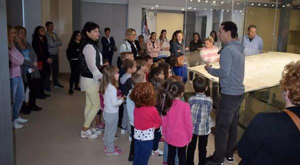 """Επίσκεψη του 35ου νηπιαγωγείου Βόλου στη ΧΑΡΤΑ του ΡΗΓΑ ΒΕΛΕΣΤΙΝΛΗ μετά την ολοκλήρωση του εκθεσιακού χώρου """"ΡΗΓΑΣ ΒΕΛΕΣΤΙΝΛΗΣ"""""""