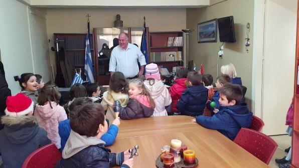 Τα πρώτα κάλαντα στο Δήμαρχο Ρήγα Φεραίου από μικρούς μαθητές