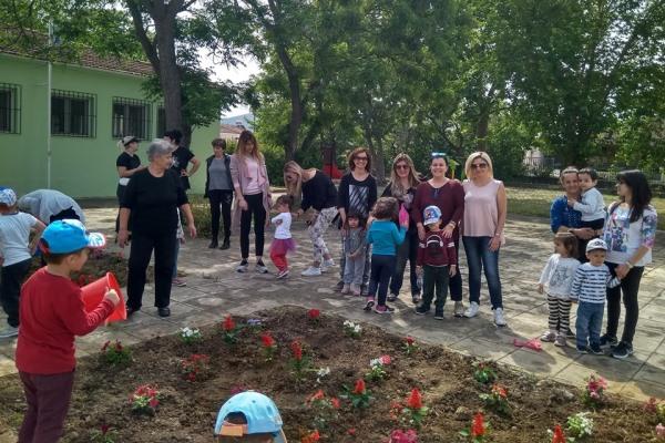 Λιλιπούτειοι φύτεψαν δεκάδες φυτά κι έδωσαν ζωή στο προαύλιο, η Γιορτή των Λουλουδιών στον Παιδικό Σταθμό Ριζομύλου